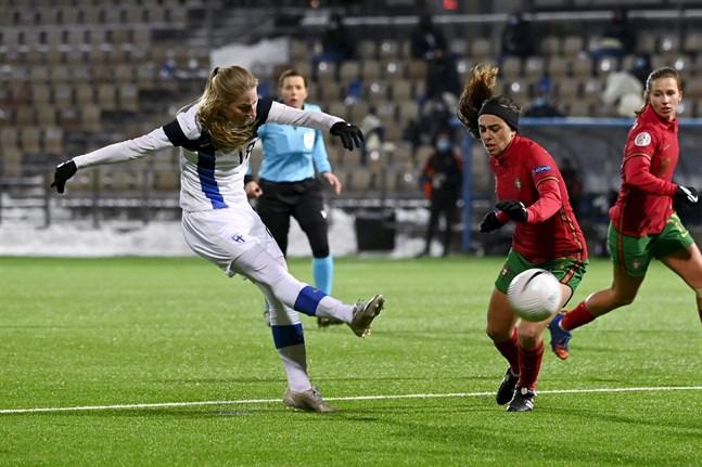 90+3 står det på matchuret när Linda Sällström drar till med en lobb som tar Finland till EM 2022.