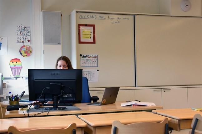 Enligt lärarförbunden i Sverige och Finland kan lärare inte ersättas av onlineutbildning. Därtill är tillgången på digitala verktyg inte rättvis.