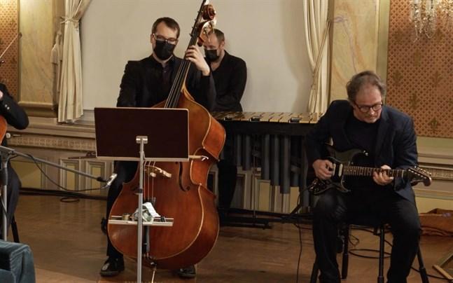 Kjell Westö (till höger) spelade även gitarr tillsammans med Vasa stadsorkestern. Oskar Hanhikoski är kontrabasist i stadsorkestern.