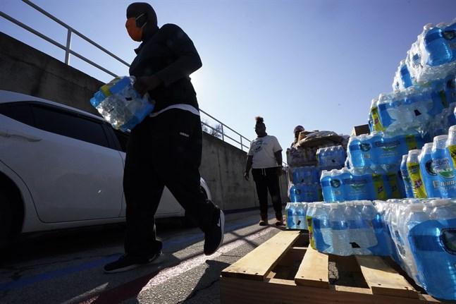 Frivilliga i San Antonio i Texas delar ut vatten till allmänheten sedan vattenförsörjningen kollapsat i delstaten efter en stenhård köldknäpp.