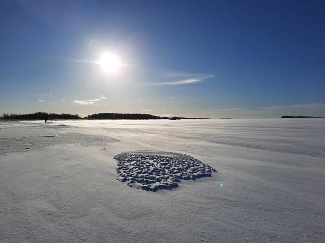 Före man går ut på isen bör man alltid ta reda på dess skick, hälsar räddningsverket.