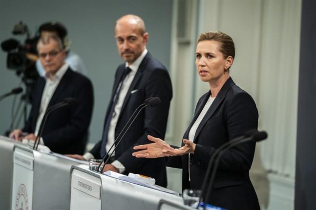 Danmarks regering antyder att virusrestriktionerna är på väg att mildras. På onsdag kommer besked från hälsominister Magnus Heunicke (i mitten bredvid statsminister Mette Frederiksen). Arkivbild.