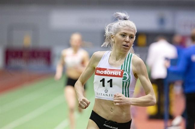 Sara Kuivisto har aldrig varit i så bra form som nu – hon krossar rekord på rekord och gjorde så även på inomhus-FM i Jyväskylä. I bakgrunden syns Nathalie Blomqvist som tog FM-silver.