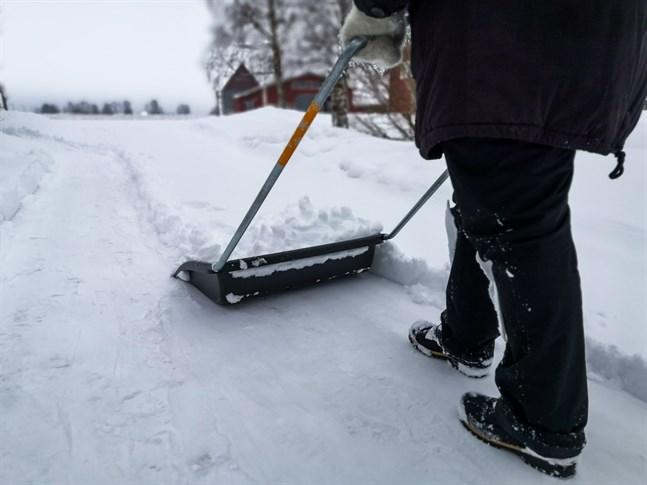 Det har kommit omkring 15 centimeter med snö i Österbotten sedan fredagen och mer är på kommande.