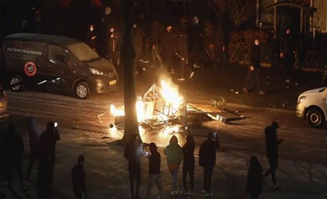 Det nattliga utegångsförbudet i Nederländerna som infördes i slutet av januari för att bromsa smittspridningen har väckt våldsamma protester. Arkivbild.