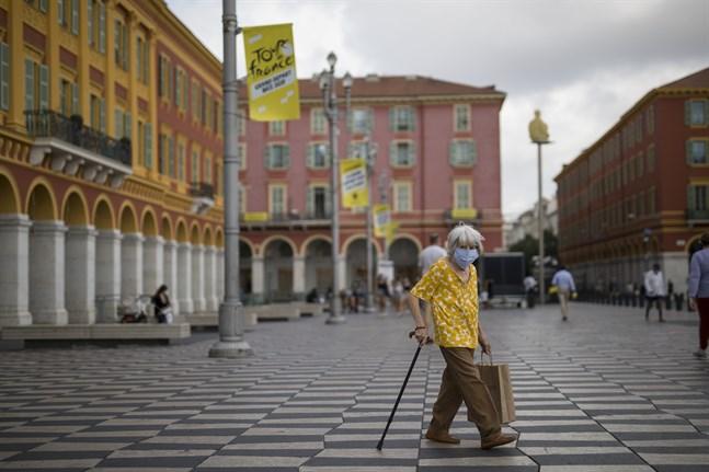 En kvinna med ansiktsmask vid Place Masséna i Nice. Smittspridningen i staden har skjutit fart. Arkivbild