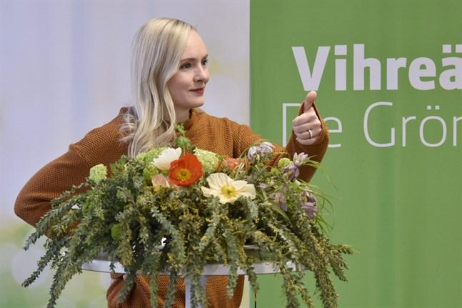 Maria Ohisalo, ordförande för De gröna, säger att alla kommuner borde bli koldioxidneutrala senast på 2030-talet.