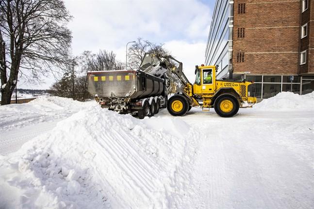 Snövall vid Strandgatan i  Vasa körs bort.