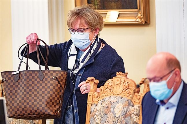Anne Ekstrand jävade sig och lämnade salen när omröstningen började. En stund senare kunde Peter Boström förkunna att hon är Jakobstads nya stadsdirektör.
