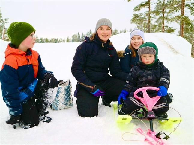 Liam, Annika, Moa och Leo Byggmästar trivs i pulkabacken, men tycker att man kan ta vara på vintern inomhus också.
