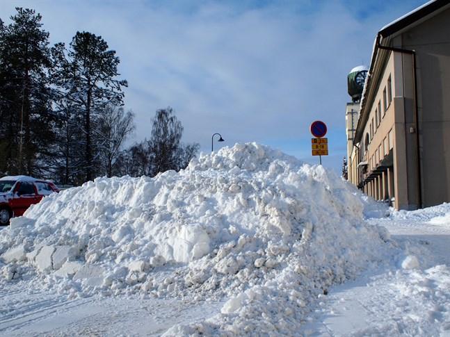 Snöröjningen löper på bra, anser Matias Knuts, arbetsledare på Alerte i Jakobstad. Men han poängterar att det kommer att ta tid att forsla bort all snö.