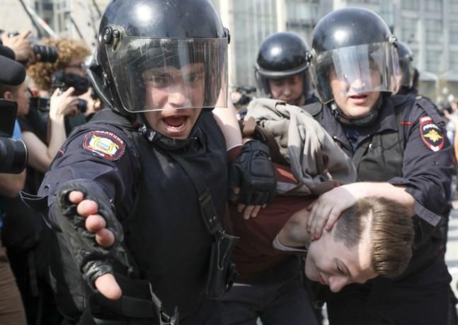 Rysk polis tar i mot demonstranter i Moskva. Agerandet mot oppositionsledaren Aleksej Navalnyjs anhängare har väckt protester i EU. Arkivfoto.