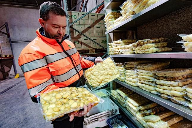 Det behövs en hel del råvara. Jeppo Potatis använder trettio miljoner kilo potatis varje år, säger Markus Jussila.