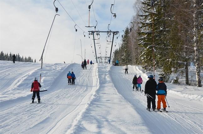 Enligt data från telebolaget Telias mobiltelefonnätverk har minst lika många finländare åkt till Lappland i år som i fjol, trots myndigheternas rekommendation att stanna hemma på sportlovet. Arkivbild.