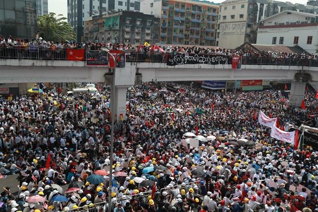 Omfattande demonstrationer i Rangoon (Yangon) på måndagen.