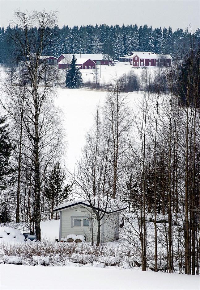 Terrängen i Terjärv är kuperad och därför tillåts både fast bosättning högre upp och fritidshus nära stränderna. Bilden är från Kaitsjön.