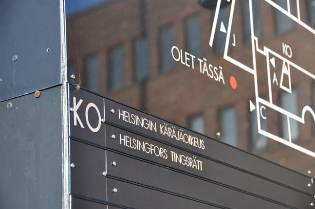 Helsingfors tingsrätt gav på tisdagen sin dom i fallet där en man född 2001 knivhöggs till döds i Vallgård i oktober i fjol.