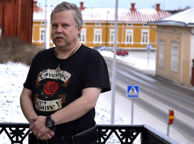 Rikard Haldin började jobba som stadskamrer i Kristinestad redan 1990. Den 11 februari var han sista dagen på jobb. Nu väntar bland annat en flytt till Fredrikshamn.