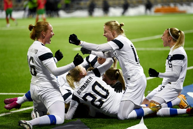 Finland har fått fira flera avgöranden i sista sekunden – att inte ge upp är en orsak till att landslaget nu har EM att se framemot. Bilden är från i fredags då Linda Sällström avgjorde mot Portugal i 90+3 och strax därefter blev överkörd av sina lagkompisar.