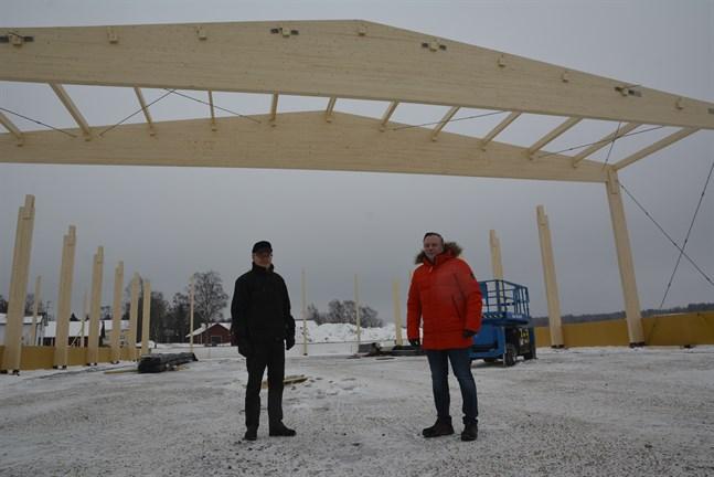 Kurt-Erik Nordin och Thomas Aspelin under takstolarna till det nya logistikcentret som byggs vid NTM:s fabrik i Gottböle. Målsättningen är ett bättre logistiskt flöde av varor och komponenter.
