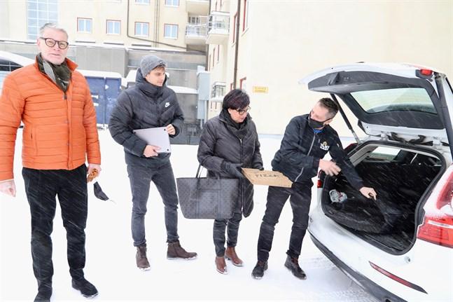 Raimo Kakkuri från O Sole Mio, Ossi Nyqvist från it-bolaget Webaula som byggt näthandeln och restaurangägaren Ingeborg Sjöblom-Kakkuri är nöjda med samarbetet dem och Taxi Vasa emellan. På bilden representeras Taxi Vasa av chauffören Christian Hudd.