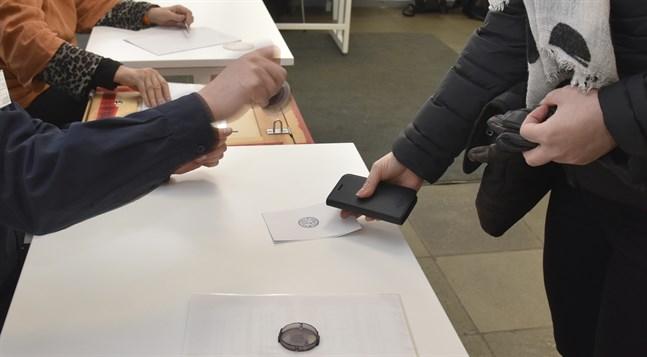 Kommunalvalet ska enligt ursprungsplanen arrangeras den 18 april.