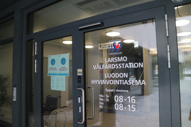 Larsmo välfärdsstation är en av de lokaler där äldre och personer i riskgrupp 1 nu får coronavaccin.