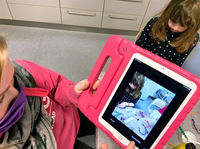 Daghemmen och förskolorna i Vörå kommun dokumenterar barnens lärstig digitalt med appen Prion.