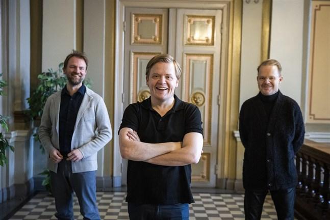 Tomas Djupsjöbacka, till vänster, är solist på cello. Pekka Kuusisto är violinsolist och dirigerar största delen av Vasa stadsorkesters torsdagskonsert. Hans storebror Jaakko Kuusisto leder musikerna under ett av verken.