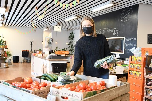 Tomater och gurkor av andra klass direkt från producenter är dragplåstret i Linnea Strands butik, som är fokuserad på att minska matsvinnet.