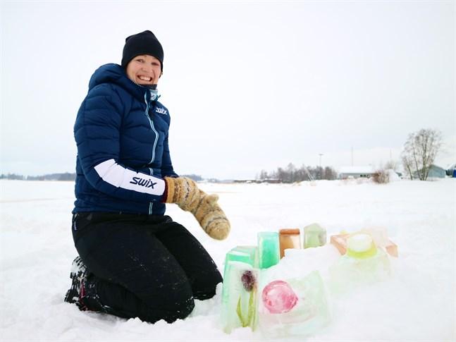 Sonja Mäenpää jobbar utomhus så gott som hela dagarna. Hon tror det är viktigt för barn att få skapa minnen med koppling till naturen.