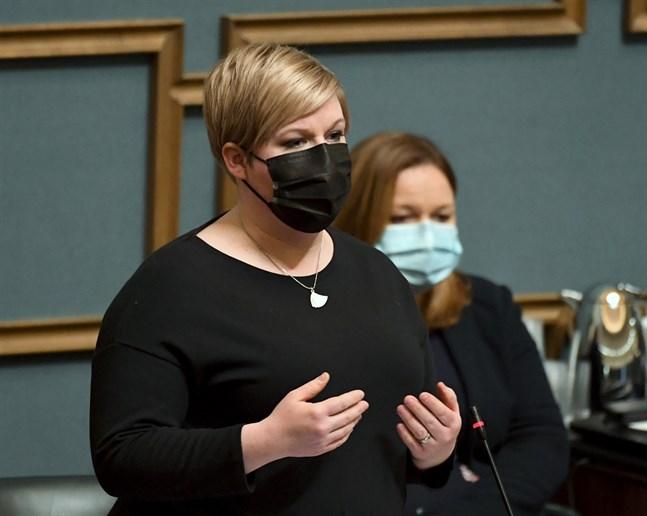 Forsknings- och kulturminister Annika Saarikko fungerade som statsministerns ställföreträdare under riksdagens frågetimme.
