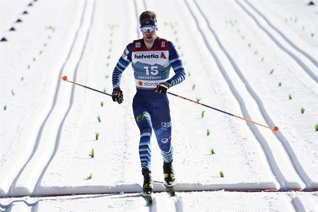 Joni Mäki var bästa finländare i sprintkvalet med sin sjundeplats. Förhandsfavoriten, norrmannen Johannes Hösflot Kläbo var överlägsen i kvalet före landsmannen Erik Valnes och italienaren Federico Pellegrino.