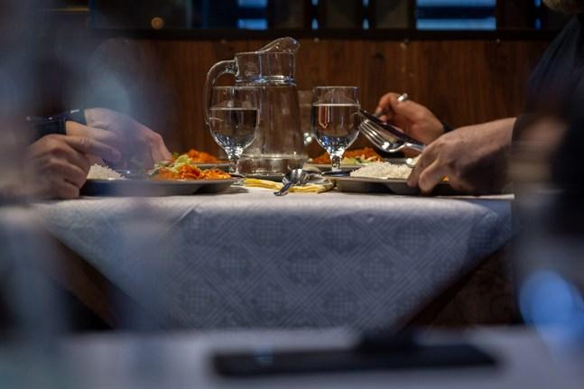Det har gått nästan ett år sedan restaurangverksamheten kraftigt begränsades på grund av coronaepidemin. Nu väntas begränsningar införas på nytt. Bilden är från en restaurang i Helsingfors.