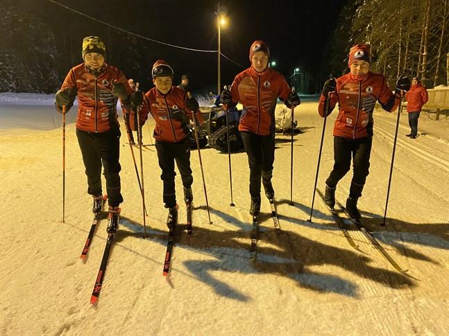 Tränaren Thomas Ramstedt (längst till vänster) konstaterar att IF Fyren har en fungerande skidverksamhet åt juniorerna. Skidåkarna Marius Ramstedt, Casper Holm och Filip Fröding satsar stenhårt på skidåkningen nu.