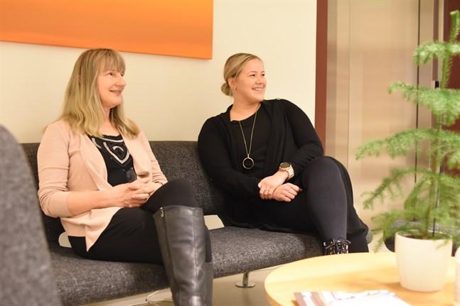 Avdelningsskötaren Mikaela Granfors och Sara Söderlund från mobila teamet är glada över att tröskeln till vård är låg i Sydösterbotten.