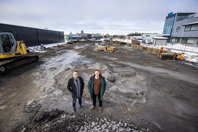 Bygget av den nya padelhallen i Stenhaga är i full gång. Elias och Eemil Viljamaa ansvarar för verksamheten i Vasa.