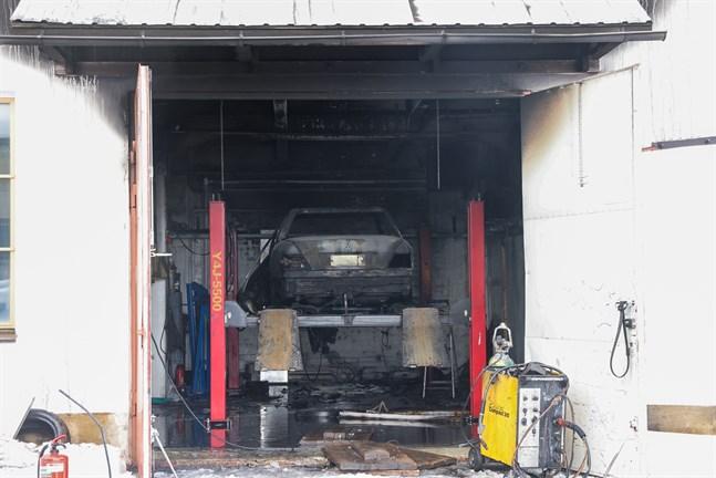 En personbil totalförstördes och byggnaden fick omfattande skador i branden.