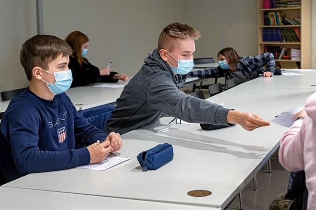 På måndag får Benjamin Sandnäs, Oscar Grannas, Maja Fagerudd och Linnea Sundfors gå till Oxhamns skola igen när närundervisningen återupptas.