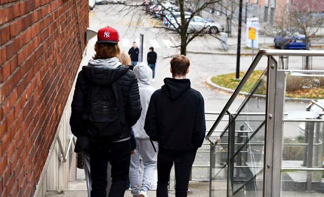 Unga i åldern 20–25 verkar lida mera av coronaepidemin än de i åldern 15–20. Arkivbild.