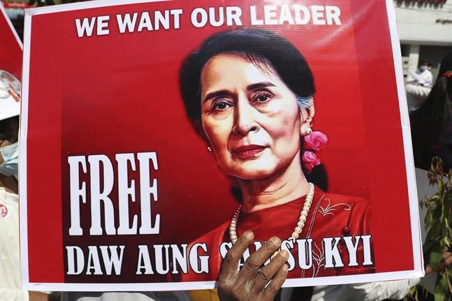 En demonstrant håller ett plakat med en bild av Myanmars fängslade ledare Aung San Suu Kyi. Arkivbild.