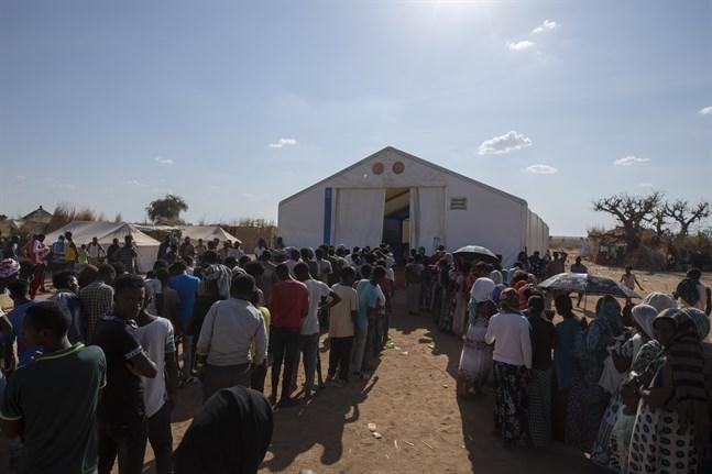 Tusentals människor flydde från Tigray i Etiopien när konflikten bröt ut i november. Här köar män och kvinnor för hjälp i ett flyktingläger i Sudan. Arkivbild.