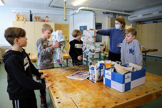 Kreativt skapande stod på programmet när Vbl besökte Vilmer Nylund, Måns Cederberg, Elvis Råholm, Malena Andtsjö och Ivar Ström i Övermalax skola för att kolla in Finlandsmodellen.