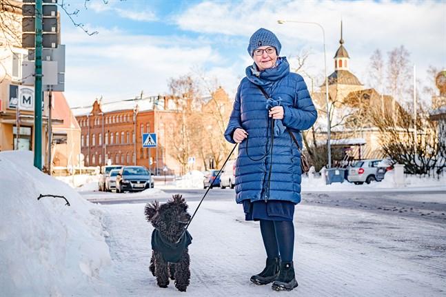 Anne Ekstrand syns ofta i stadsbilden tillsammans med hunden Edda.