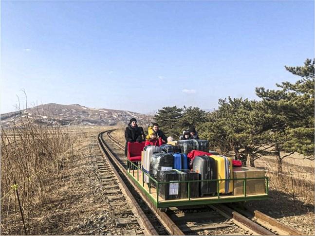 Den sista resan från Nordkorea till Ryssland gjorde gruppen på en tralla.