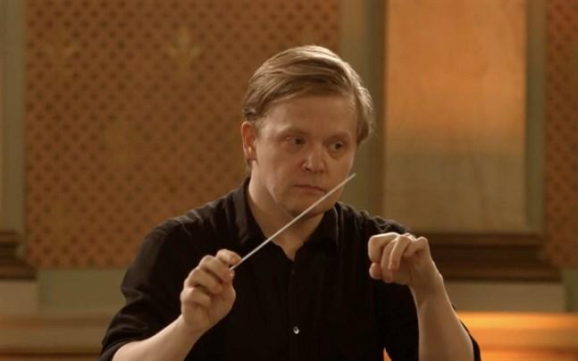 Pekka Kuusisto både dirigerade och spelade violin i Vasa stadshus.