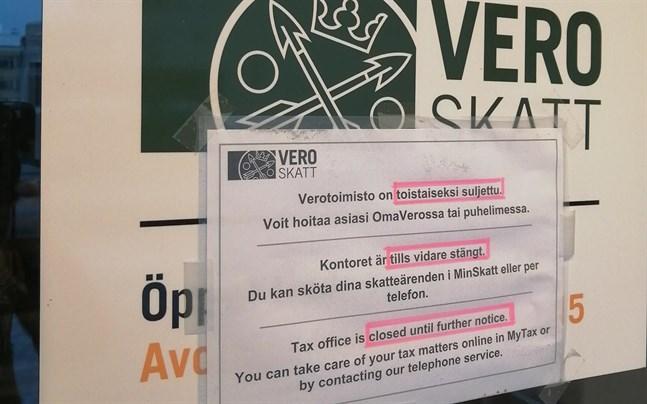 På Skattebyråns dörr i Jakobstad finns ett meddelande om att kontoret är stängt tills vidare.