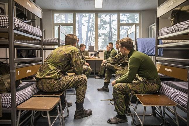 Försvarsministeriets arbetsgrupp föreslår att tidsfristen för kvinnor som vill avbryta den frivilliga tjänstgöringen förkortas från 45 dagar till 30 dagar efter dagen för inträde i tjänstgöringen.