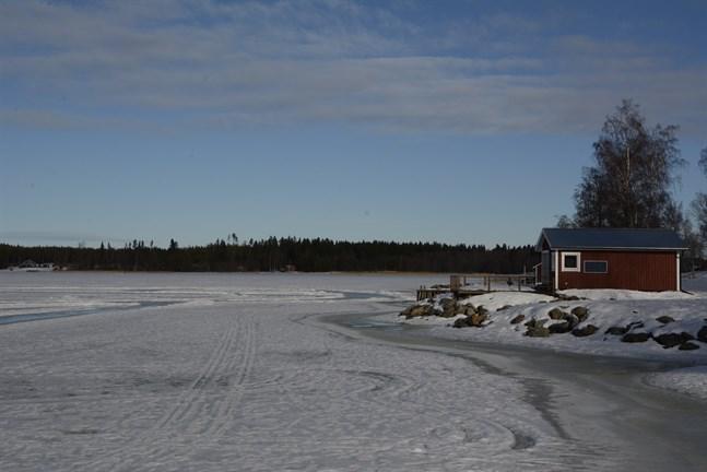 Utgå inte från att isen håller för att det finns spår av andra där. Bilden är från Tjärlax.