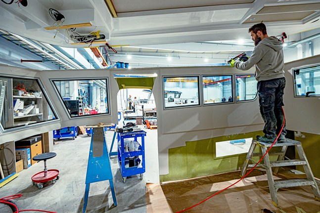 Miika Mattila monterar taket till en styrhytt på en Sargo.